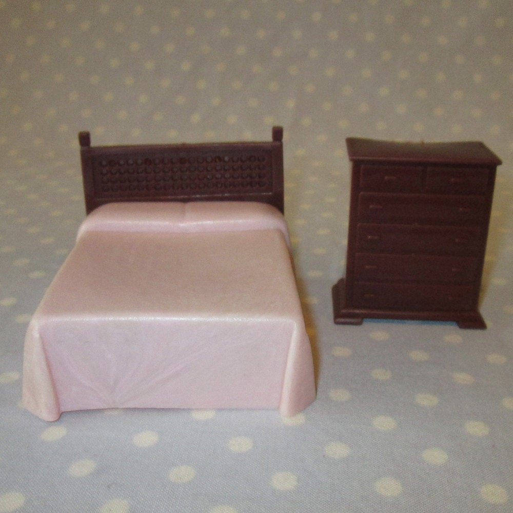 2 pcs vintage doll house furniture miniature plastic bedroom bed dresser pink brown haute juice Plastic bedroom furniture