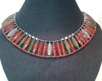 PANORAMA. Collier en pierres naturelles de style égyptien (cornaline,agate et jade...)