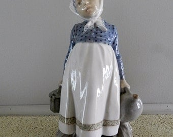 ROYAL COPENHAGEN Figurine no. 815 featuring a Peasanrt GIRL with Lunch. Denmark