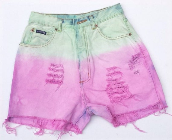 Women's printed shorts are perfect to show off your legs on a hot summer's day. You will be able to put on one and step out to the destination of your choice! We have an extensive range of high quality women's cheap printed shorts.