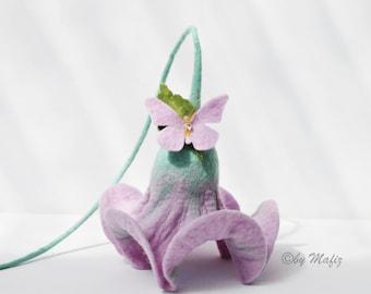 Mariage de cadeaux, de fleurs en purple avec une décoration de papillon pour les fleurs d'appartement pour fenêtre suspendus