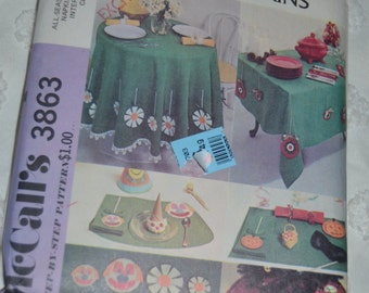 McCalls 3863  All Season tablecloths placemats and napkins Sewing Pattern - UNCUT