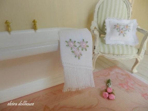 Miniature ooak asciugamano ricamato casa delle bambole in - Bagno in miniatura ...