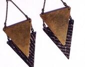 """Boucle d'oreille Noir doré / or  CHEYENNE triangle métal / cuir  - Collection """"L'été Indien"""""""