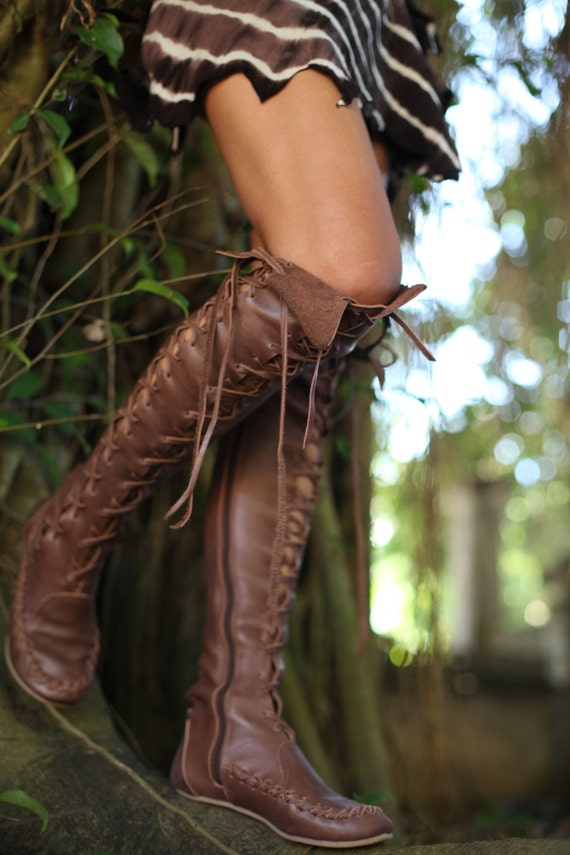 Handmade knee lenght leather boots in brown.
