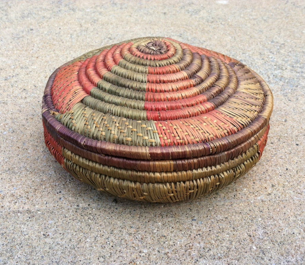 Vintage Woven Basket Round with Lid by TazamarazVintage on Etsy