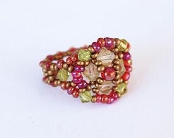 Funny ring in weaved seedbeads and bicones fushia, green and yellow colors