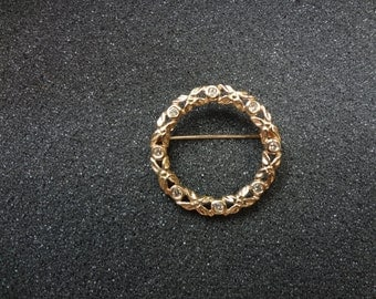 Beautiful 14k Yellow Gold circle Wreath Brooch with Diamonds
