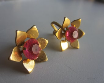 Vintage gold plated floral earrings. Screw back with pink faux gem center. (June14)