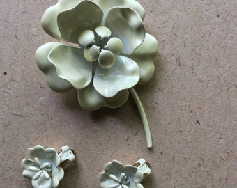 Mod White Enamel Flower Set