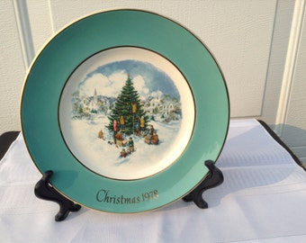 Avon Christmas Plate  ~ 1978 Christmas Plate ~ Trimming The Tree ~ 22 Karat Gold Wedgwood