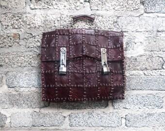 Portfolio of leather, crimp with metal rings.