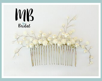 Bridal haircomb with white roses and glass pearls.