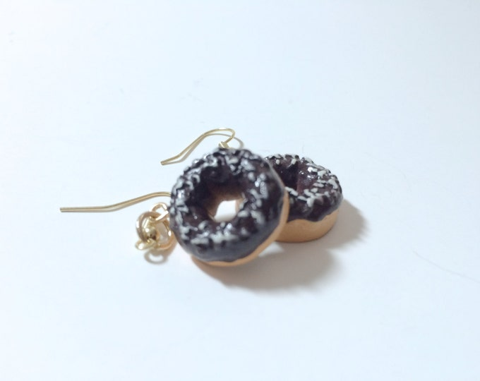 Donut Earrings, Doughnut Earrings, Chocolate Covered Donut Earrings, pendientes, boucle's d'oreilles, orecchini kawaii miniature food