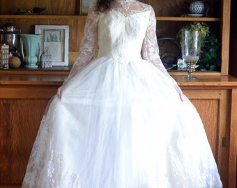 Classic 50's Wedding Gown / Sweetheart Neckline / Beaded Lace / Alfred Angelo