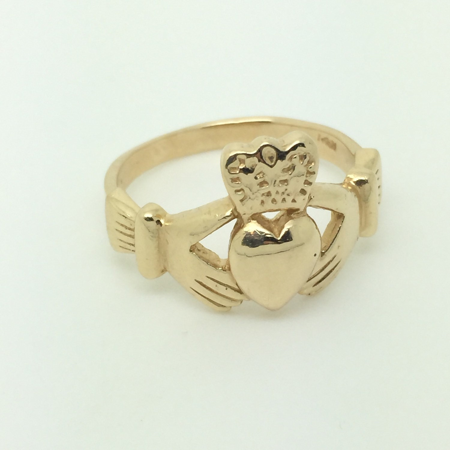 large men 39 s claddagh ring in 14k yellow gold. Black Bedroom Furniture Sets. Home Design Ideas