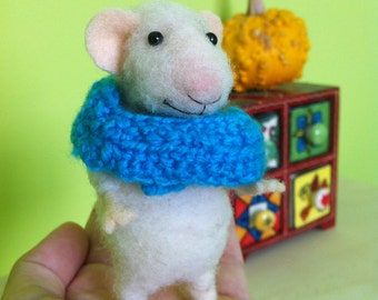 Needle Felted Mouse with scarf/ Felted Ornament/ Felted Mouse/Christmas Ornament