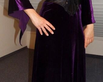 velvet corsage gown, purple velvet dress bat sleeves, Fledermaus Gothic Kleid aus Samt lila glänzend mit Korsage Korsett