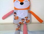Renard peluche en habit de renard en tissus de coton, feutre lavable et flanelle de coton à motif de renards - Prêt à partir