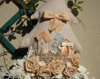 Fabric tree decoration with roses and felt webbing
