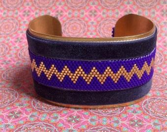 Cuff bracelet in brass and pearls miyuki blue