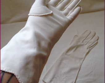 1950s 1960s Soft white gloves with eyelet detail