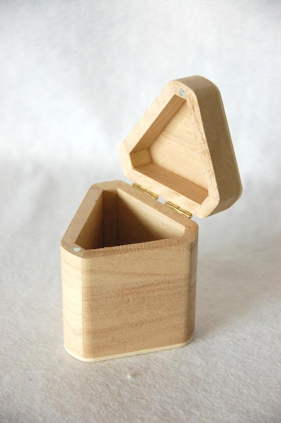 petite bo te triangulaire en bois avec un couvercle sur les. Black Bedroom Furniture Sets. Home Design Ideas