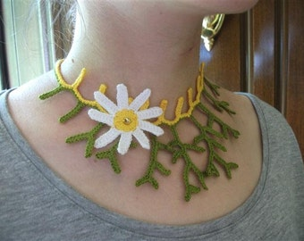 Crocheted Coral Necklace With Daisy