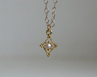 Diamond shaped with Pearl necklace in gold