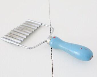 Vintage Nutbrown Crinkle cutter slicer utensil blue handle kitchenalia