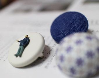 Unique button brooch (blue)