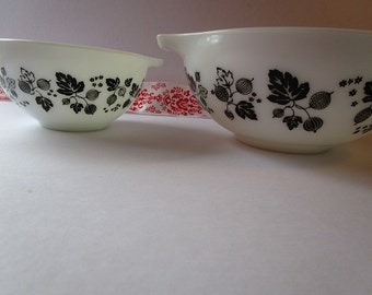 Vintage 2' Piece 'Pyrex' mixing bowls with 'Gooseberry' pattern!