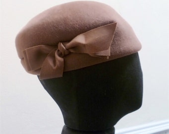 Vintage 1960s Light Brown Felt Cloche Hat with Bow