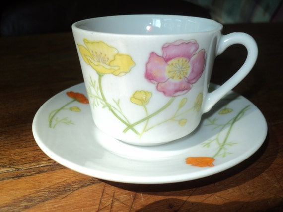4 Retro Expresso Teacups and Matching Saucers with wonderful Retro Pink and Yellow Poppy Flowers in the Original Box in  Near Mint Condition