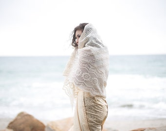 Embroidered Lace Shawl - Ivory White. // Wedding Wrap. Vintage Accessories.