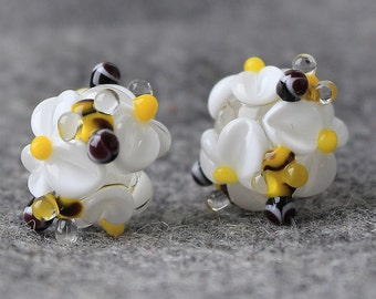 Handmade Lampwork Beads, Daisies & Bee beads 13 mm, Glass Beads, Floral Lampwork, Lampwork Flower Beads, Lampwork Flower, Lampwork Glass Bee