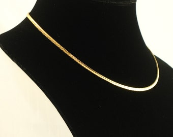 Vintage 1984 AVON 'Scalloped Chain' Goldtone Necklace w/ Original Box. Avon Necklace. Classic Necklace. Vintage Avon Jewelry. 17 inches long