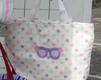 Spotted beach bag with sunglasses appliqued design