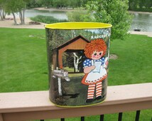 RAGGEDY ANN and ANDY metal waste basket- 1973 -Cheinco- trash can -vintage waste can -Bobbs -Merrill Co - children room decor - collectible
