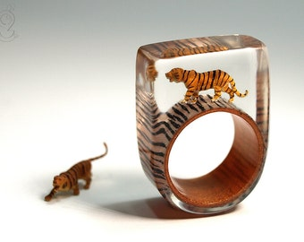 Jungle fever – wild tiger ring with a black-brown mini-tiger on a ring with tiger pattern made of resin