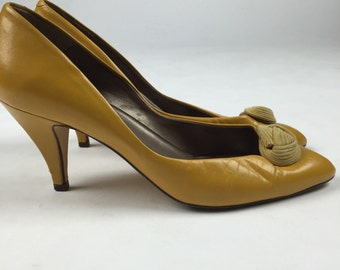 1980s. Vintage Bandolino Leather Yellow Pumps. Size 6