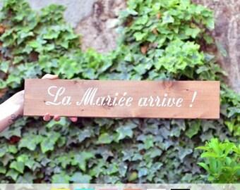 """Panneau en bois """"la mariée arrive"""" couleur au choix / wood sign """"here comes the bride"""" in french"""