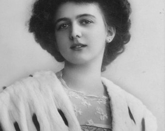 Victorian Edwardian Lady in Fur Postcard Vintage Antique 1910s