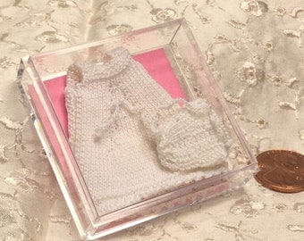 Cotitas De Bebe Miniaturas Tejidas A Mano Hand Knitted OOAK Baby Layette set One Inch Scale of 1/12