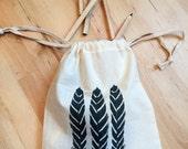 Drawstring Bag: feather design