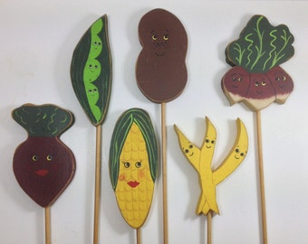 Vintage Set of Hand Painted Wood Vegetable Garden Markers Signs / Vintage Garden Signs / Corn Potato Beets Peas Radish Bean / Country Garden