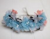 Glasgow - Tocado Floral hecho con flores azules, plumas grises, negras y coral