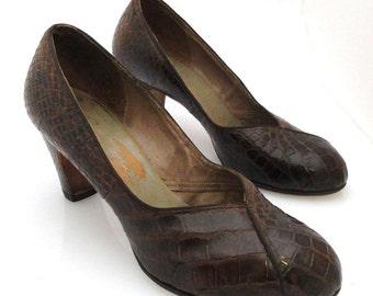 ON SALE! 1940s Vintage womens dark brown alligator round toe pumps
