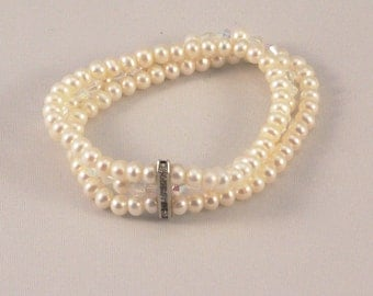 Pearls bracelet, elastic bracelet, triple strand bracelet, bridal bracelet, bridal jewelry, wedding jewelry, wedding bracelet, chic bracelet