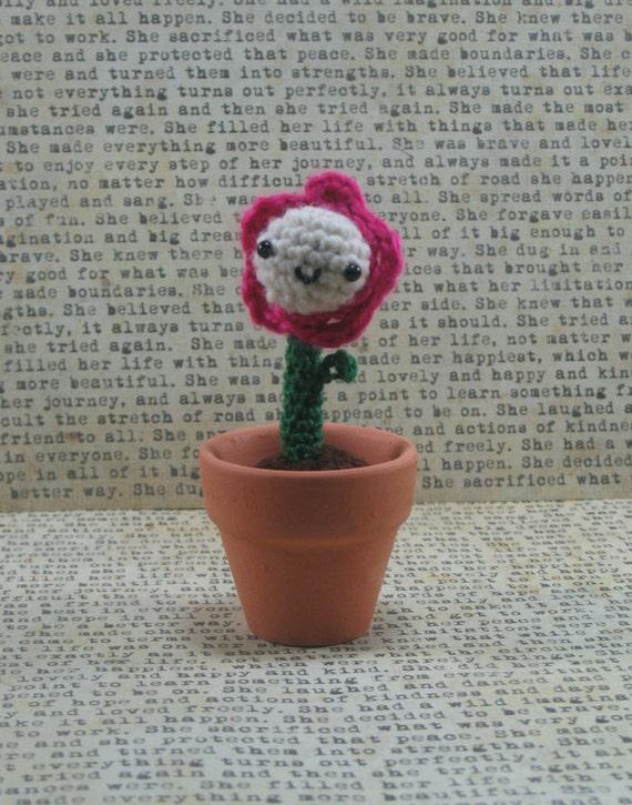 Amigurumi Flower Pot : Tiny White/Pink Amigurumi Flower in a tiny ceramic Pot